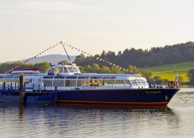 Jedna z vyhlídkových lodí na Lipně