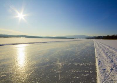 Bruslařská dráha na zamrzlém Lipně